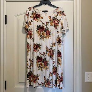 Dresses & Skirts - NWT Gorgeous floral print swing dress